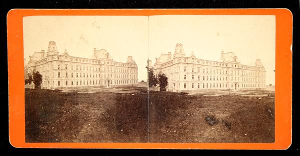Le parlement de Québec et la Grande Allée en direction est, vers 1879.