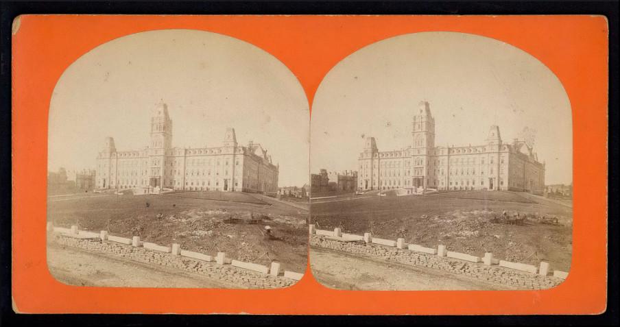 Le parachèvement de la façade du parlement de Québec, 1886.