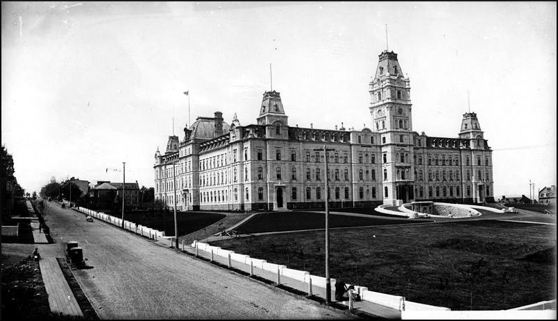 Le parlement de Québec et la Grande Allée, [entre 1887 et 1890].