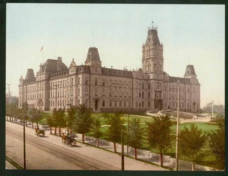 Le parlement de Québec et la Grande Allée en direction ouest, vers 1910.