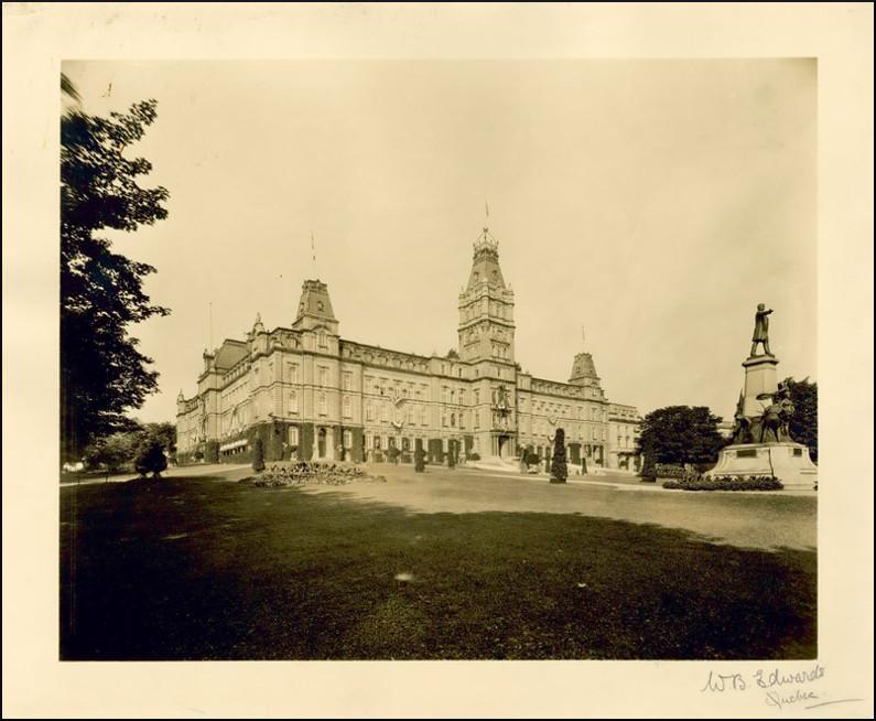 L'hôtel du Parlement et ses jardins, [entre 1915 et 1925].