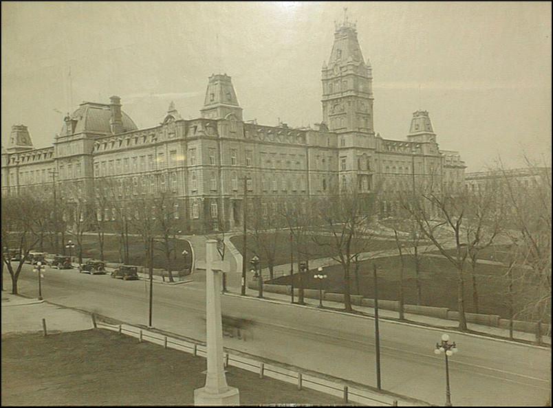 Le parlement de Québec et la Grande Allée, vers 1926.