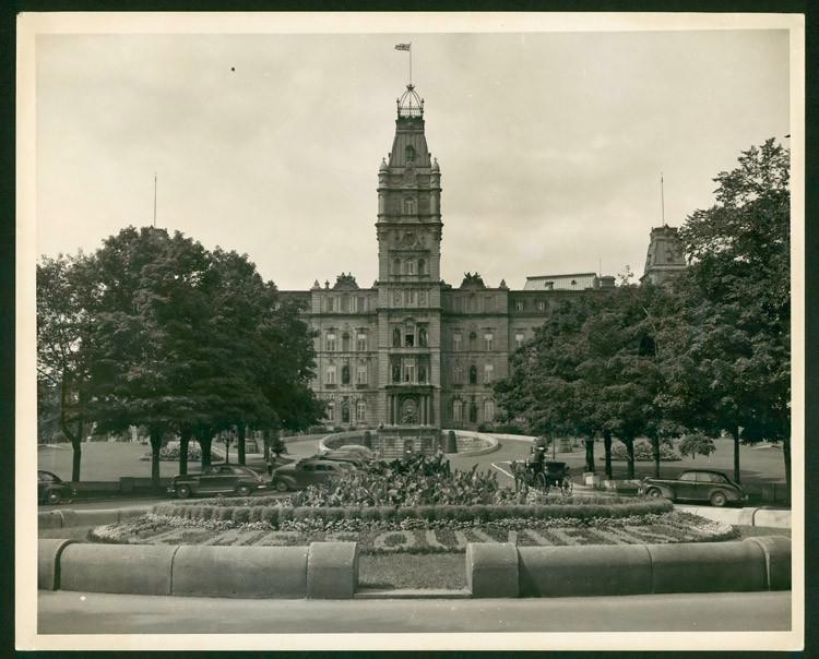 L'hôtel du Parlement et le drapeau britannique, vers 1945.