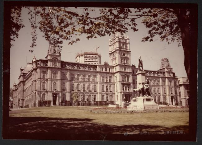 Le parlement et l'édifice Marie-Guyart, 1970.